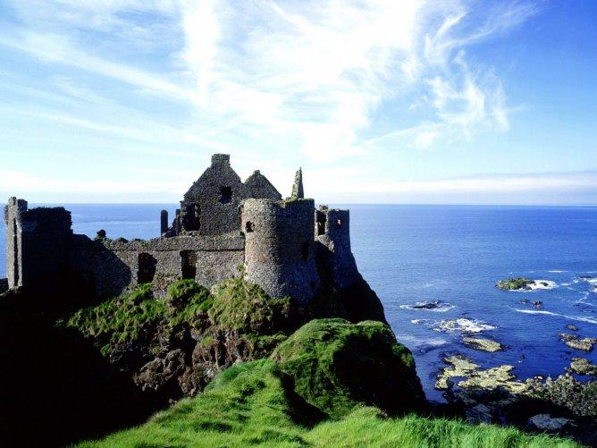 Замок_Данлюк_в_районе_County_Antriм_Сев_Ирландия_Великобритания_
